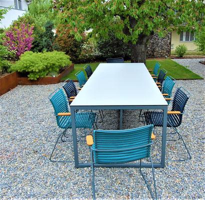 Gartentisch in einem Garten