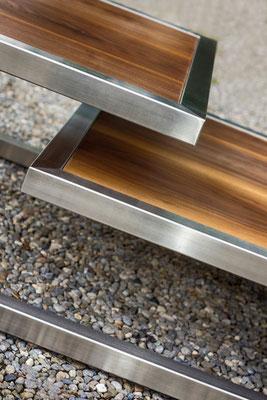 Seitenansicht von einem Salontisch mit zwei Etagen auf Kies-Boden