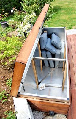 das Innere einer Kissenbox aus Holzdielen