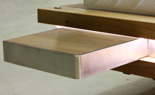 kleiner Nachttisch aus Holz und Edelstahl