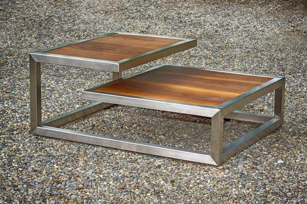 Salontisch mit zwei Etagen auf Kies-Boden