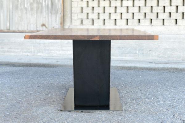 Seitenansicht von einem Tisch dessen Tischbein in eine W-Form gebogen ist