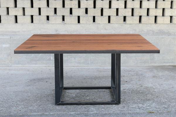 Großaufnahme von einem Quadratischen Tisch mit einem Tischgestell aus Stahl