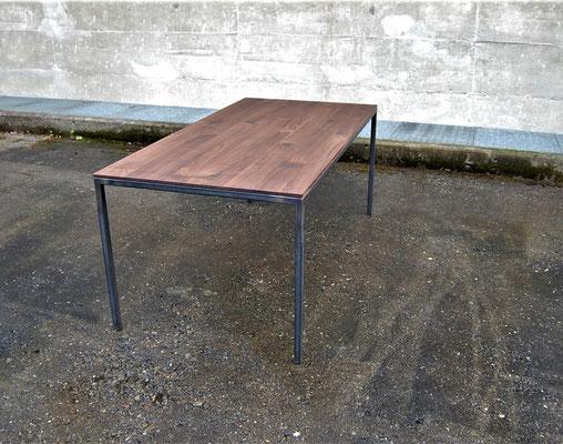 Tisch vor einer Betonwand bei nassem Boden