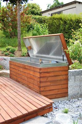 Kissenbox aus Holzdielen mit geöffnetem Deckel