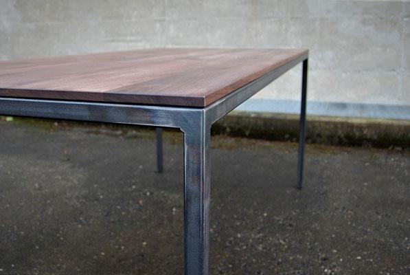 Tisch-Ecke aus Rohstahl und Holz