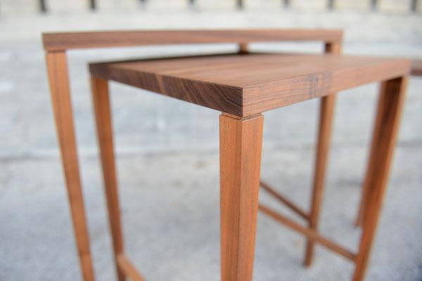 Detailansicht von einer Verbindung von einem Tischbein mit einer Tischplatte