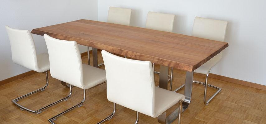 Tisch aus Akazien-Holz mit zwei Edelstahl Tischbeinen und sechs weisse Stühlen
