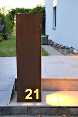 Breifkasten mit beleuchteter Hausnummer