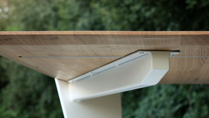 Detailaufnahme von einer Unterkonstruktion von einem Tisch