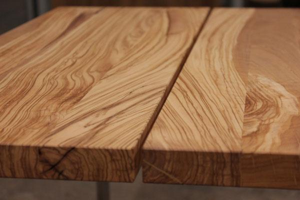 Eine Tischplatte aus Olivenholz die in der Mitte auseinander gesägt ist