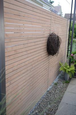 Sichtschutz-Wand aus Holz auf einer Gartenterrasse