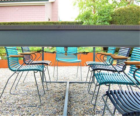 Stahlseil-Verstrebung unter einem Gartentisch
