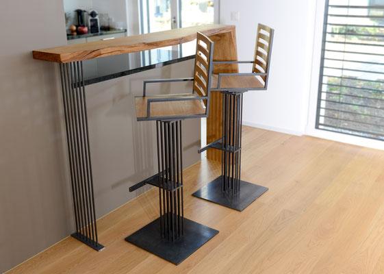 Zwei Hochstühle aus Holz und Stahl vor einer Theke aus Holz