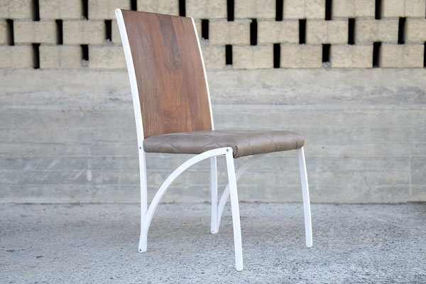 Stuhl mit einer Lehne aus Holz und einer Sitzfläche aus Leder, das Stuhl-Gestell ist weiss lackiert
