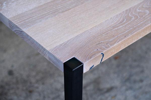 Detailaufnahme von einem Tischbein