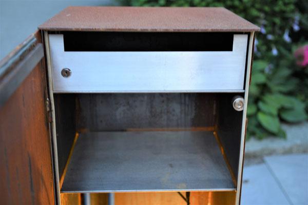 Briefkasten mit geöffneter Tür