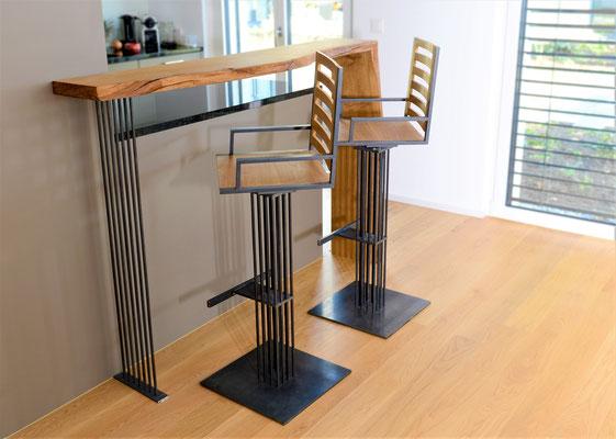 zwei Hochstühle aus Holz und Stahl von einer Theke aus Holz
