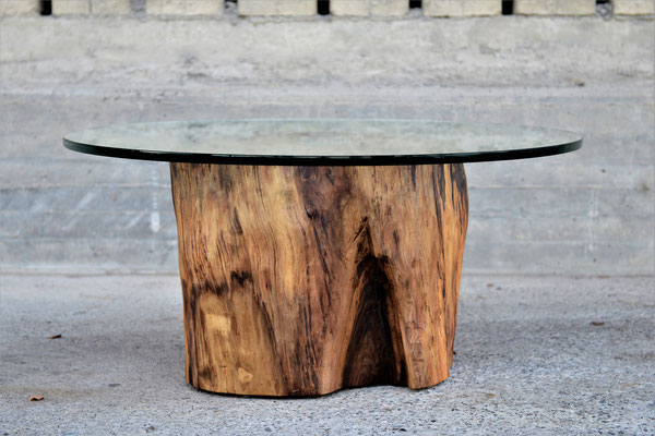 Salontisch aus einem Baustamm mit einer runden Glasplatte