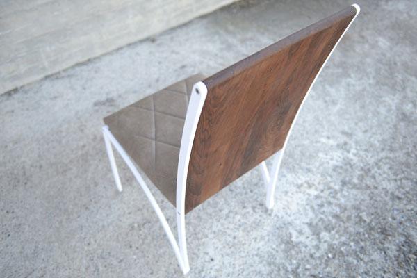 Vogelansicht von einem Stuhl mit einer Lehne aus Holz und einer Sitzfläche aus Leder, das Stuhl-Gestell ist weiss lackiert