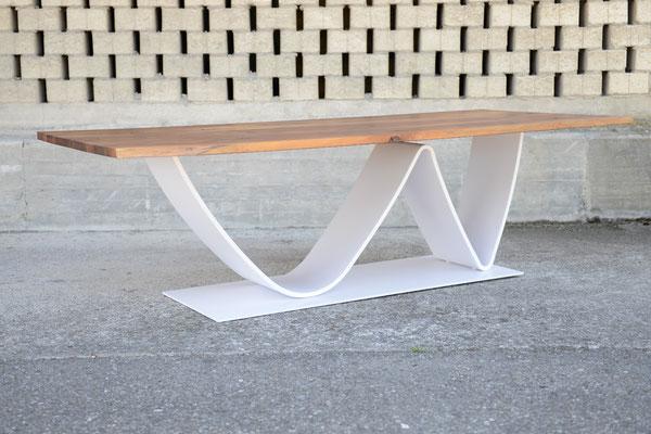 Esstisch mit Tischplatte aus Europäischen Nussbaum und Tischbein zu einer W-Form gebogen