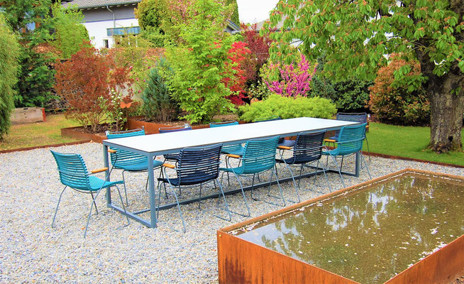 Gartentisch in einem blühendem Garten