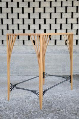 Hochtisch aus Eichenholz mit einem Stahlgurt vor einer gemauerten Wand