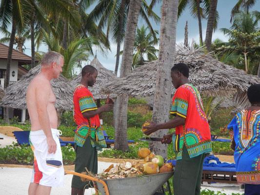 Breezes Beach Club Zanzibar Kokosnussernte
