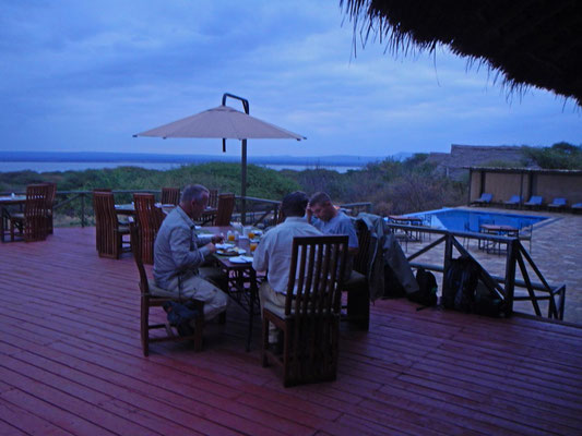 Terrasse im Burnge Camp vor Sonnenaufgang / Terrace in Burunge Camp befor sunrise