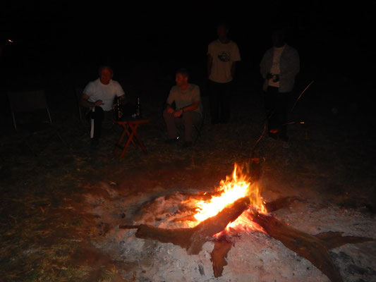 Lagerfeuer in Serengeti Heritage Camp / Campfire in the Serengeti Heritage Camp