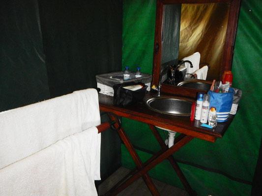 Bad im Serengeti Heritage Camp / Bath in the Serengeti Heritage Camp