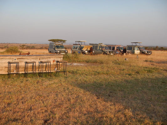 Safariautos am Serengeti Heritage Camp / Safari cars at Serengeti Heritage Camp