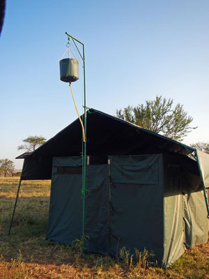 Duschvorrichtung des Serengeti View Camps / Shower unit of the Serengeti View Camps