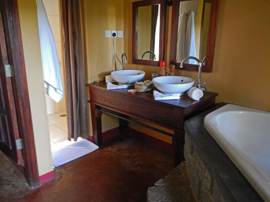 Bad in der Endoro Lodge / Bathroom in the Endoro Lodge