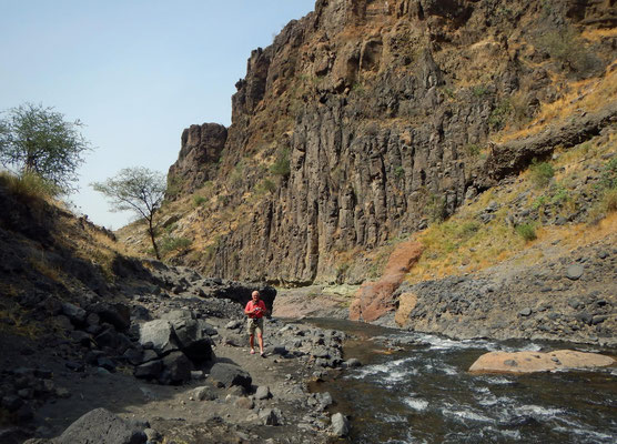 Weg zum Wasserfall am Lake Natron / Path to the waterfall by the Lake Natron
