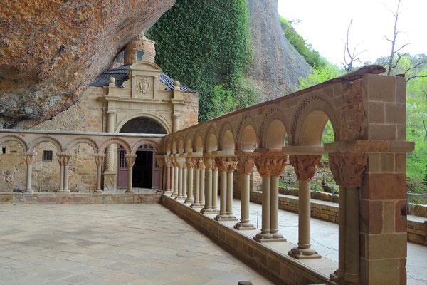 Hoch oben an den Felsen klebt das Kloster San Juan de la Pena