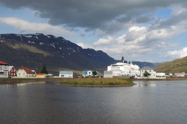 Die Norönna wartet in Seydisfjördur
