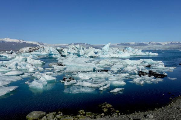 Gletschereis treibt in der Lagune