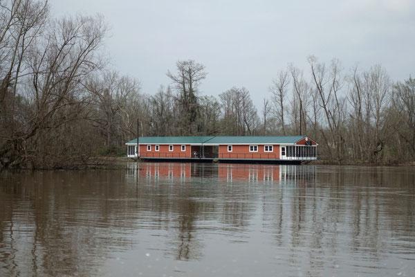 Schulhaus auf Wasser