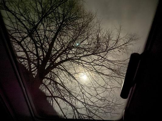 Vollmondhimmel durch die Iveco-Dachluke