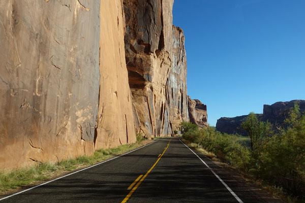 Entlang steiler Felswände geht es nach Moab