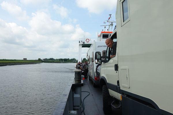 Mit der Fähre geht es über die Elbe