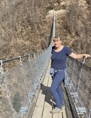 ...zur Hängebrücke bei Carasso