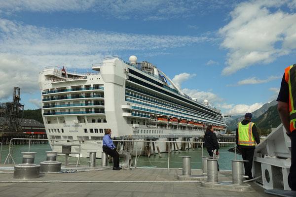 Kreuzfahrtschiffe liegen in Skagway vor Anker