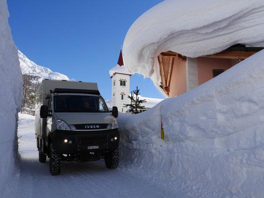 Der Iveco zwischen Schneemauern!