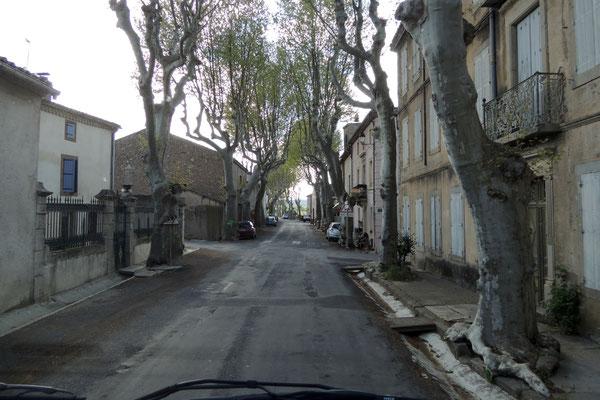 Es geht durch kleine französische Dörfer...