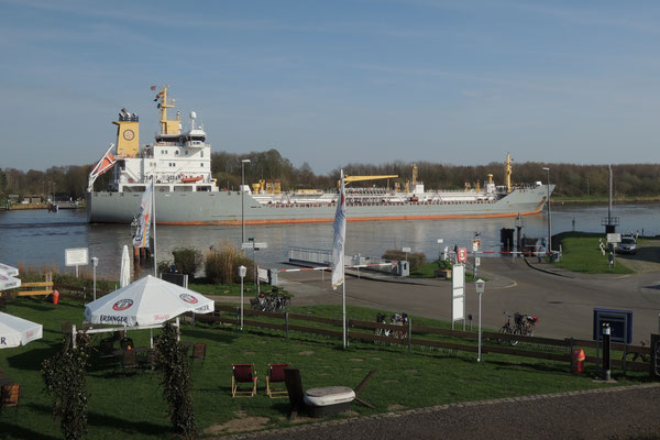 Ein grosses Schiff ums andere fährt durch den Nord-Ostsee-Kanal