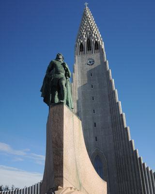 Die Hallgrimskirkja mit dem Denkmal für Leif Eriksson