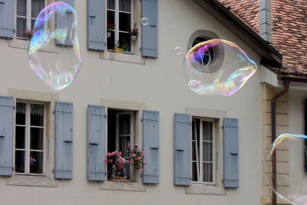 Festliche Seifenblasen schweben in der Luft