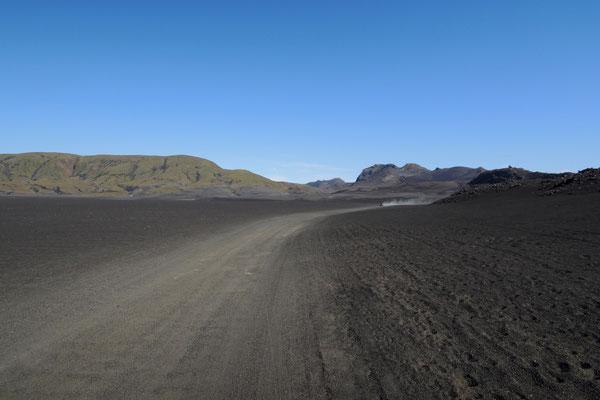 Durch schwarze Wüste Richtung Landmannalaugar